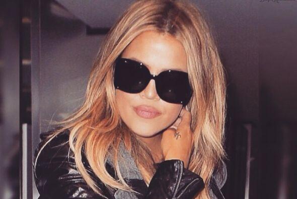 Khloé Kardashian dejó atrás su melena obscura y aho...
