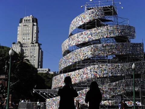Una torre de libros fue creada en la plaza San Martín ubicada al...