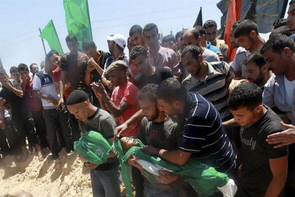 Un grupo de palestinos entierra el cuerpo de Mohamed Mnassrah, un niño d...