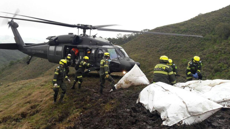 Los equipos de rescate evacúan los cuerpos de las víctimas de la zona de...