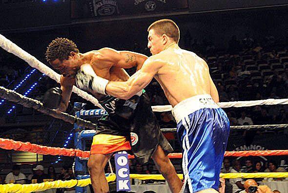 Angelo Santana castigó con fuerza a su rival.