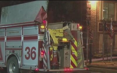 Cruz Roja ayuda a afectados por incendio en complejo de apartamentos sob...