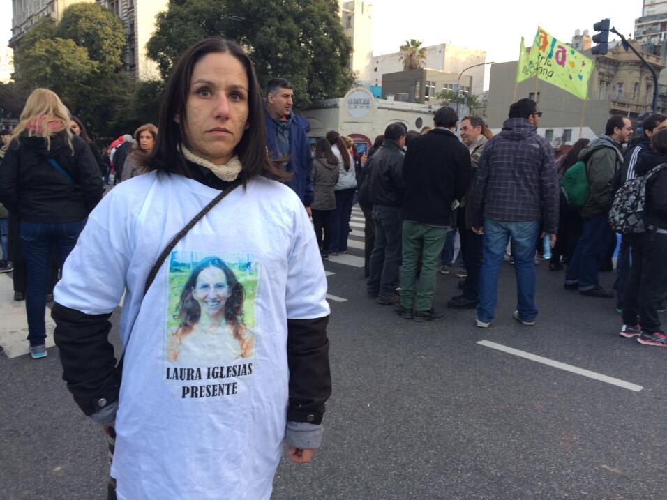 En 2013, un grupo de hombres torturó, violó y estranguló a la madre de J...