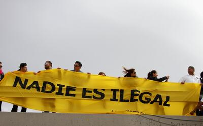 Mexicanos le levanta a Trump un 'muro humano' en la frontera para protes...