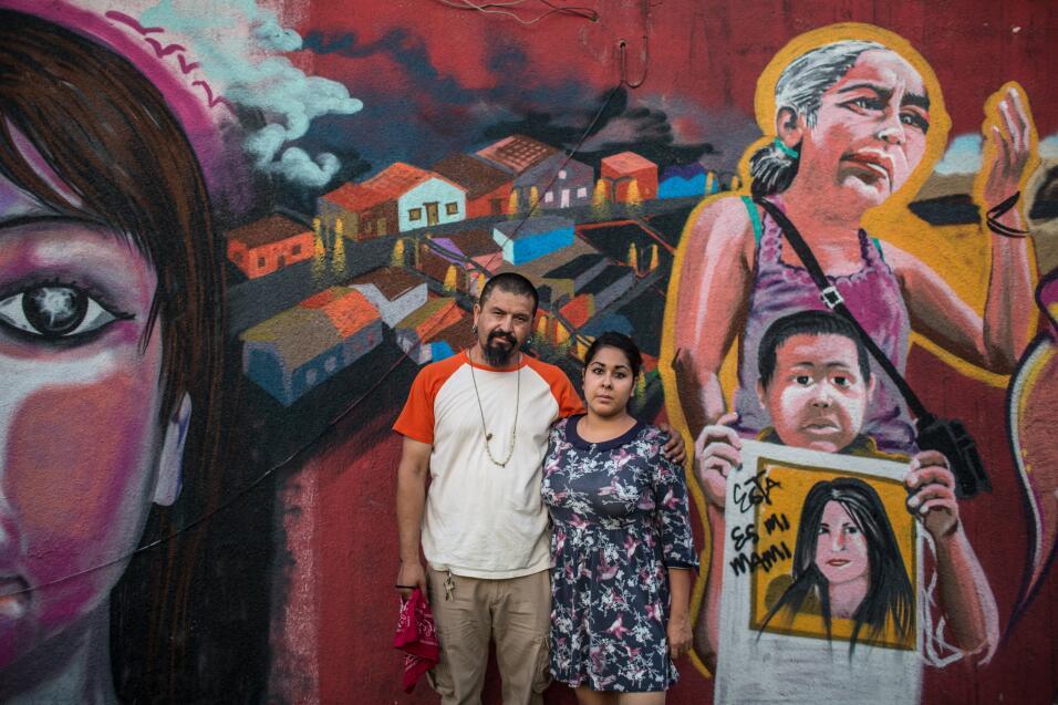 Maclovio Ferrio y Lluvia del Rayo delante de uno de los 17 murales sobre...