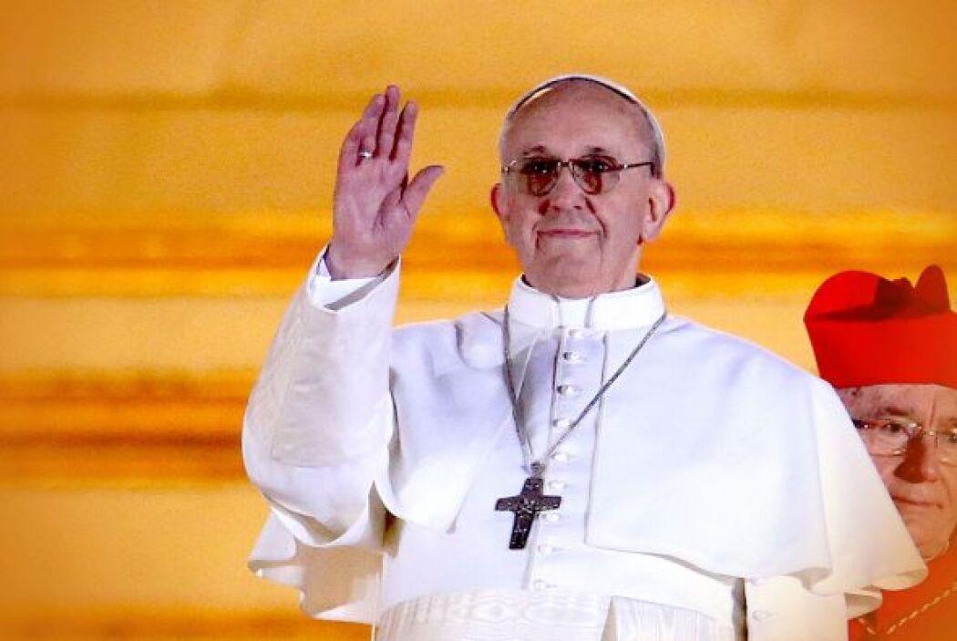 La primera vez que el mundo vio a Jorge Mario Bergoglio, convertido en e...