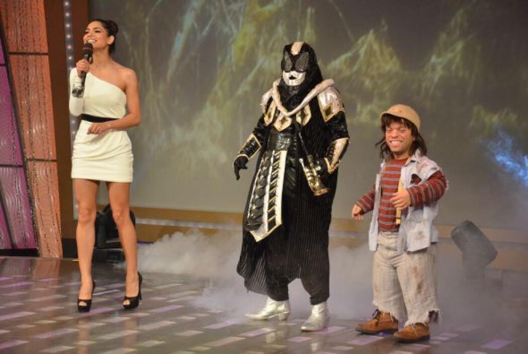 Mientras Alejandra presentaba con emoción a los participantes, El Chacal...
