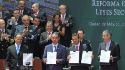 Enrique Peña Nieto, presidente de México, durante la firma de la reforma...