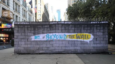 """El muro se levanta en """"Herald Square"""", ese espacio en la inter..."""