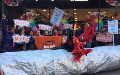 Activistas y residentes que se oponen a la construcción de este p...