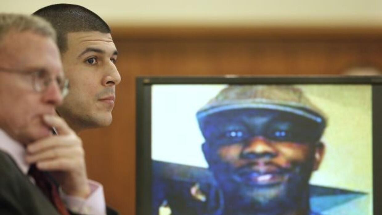 El ex Patriota junto a su abogado durante su juicio, mientras que en la...