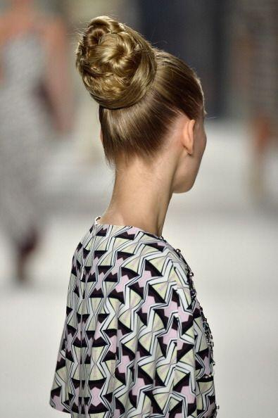 Sus modelos aparecieron con el cabello recogido en altos moños, inspirad...