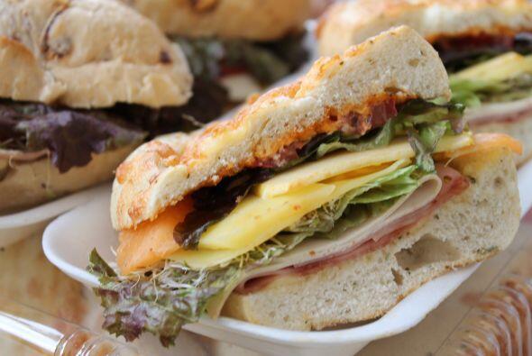 Por supuesto, la clásica de jamón con queso, pero eso sí, con pan especi...