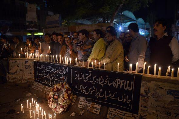 Periodistas pakistaníes se unieron a la vigila por las víctimas del ataque.