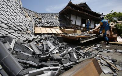Rescatistas buscan supervivientes entre las casas caídas por el terremot...