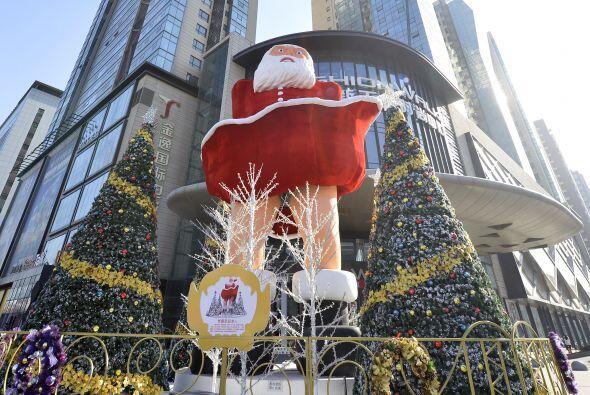 Así es como luce la figura gigante del Santa con su traje levanta...