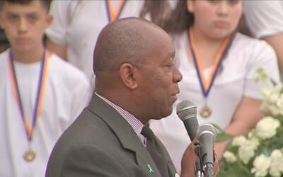 Sylvester Turner dio palabras de aliento a la familia de Josué Flores en...