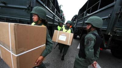 Militares venezolanos trasladan material electoral
