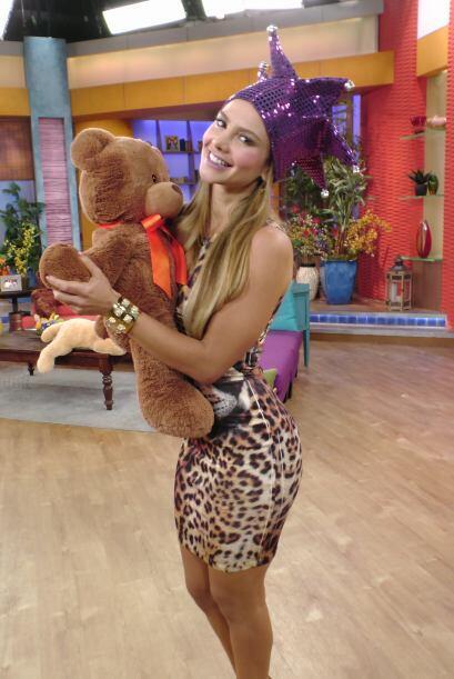 El oso que Ximena tiene en los brazos puso a varios hombres muy celosos.