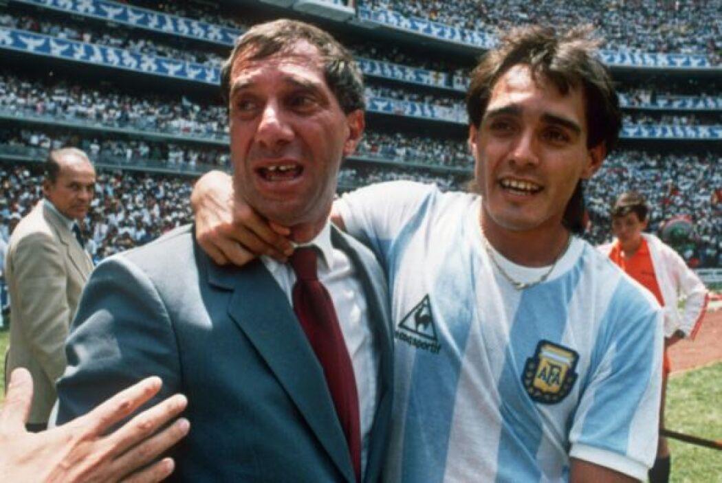 BILARDO - Es médico, ex futbolista y entrenador argentino. Jugaba de cen...