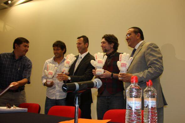 Nuestro Félix Fernández nos trajo fotos de la presentación de su libro e...