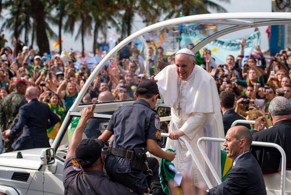 La llegada de Francisco a celebrar una misa en Copacabana a bordo del pa...