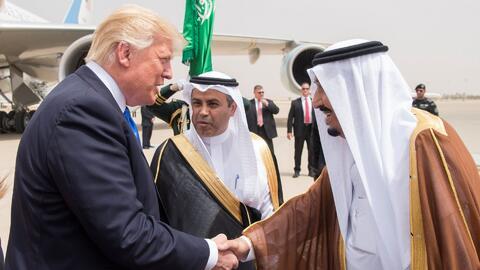 Donald Trump firma en Arabia Saudita un acuerdo de venta de armas por 35...