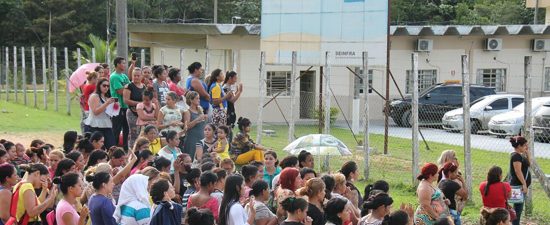 Familiares de los reclusos esperan noticias a las puertas del complejo p...