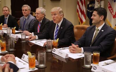 Los líderes republicanos del Congreso durante una reunión con el preside...