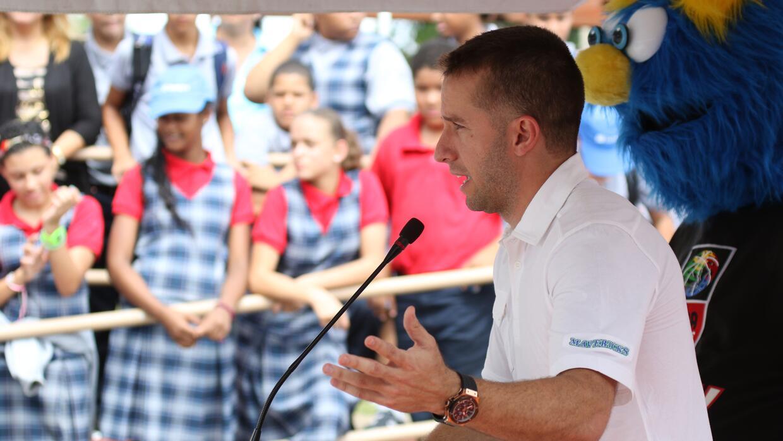 José Juan Barea inaugura remodela canchas escolares.