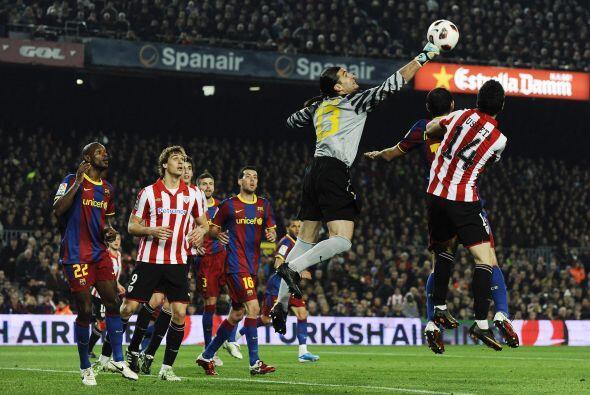 El arquero Víctor Valdés se lesionó previo al duelo...