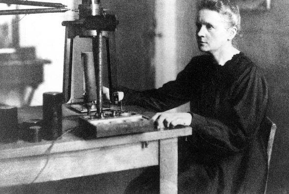 Dos veces distinguida con el Nobel, Marie Curie (1867-1934), que junto a...