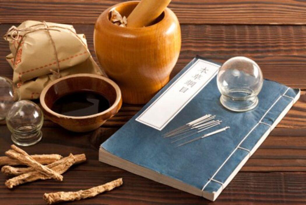 El cupping o terapia de ventozas es un antiguo método terapéutico que em...
