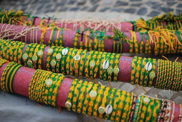 Un lugar lleno de ambiente y color, como estas pulseras verde amarelas.