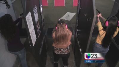 Mujeres practicando tiro al blanco