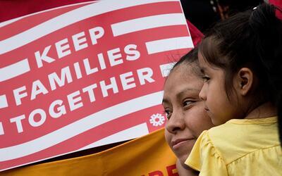 La inmigrante mexicana Nieves Ojendiz carga a su hija durante una manife...