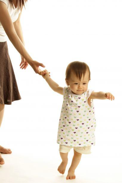 El momento en que se sueltan. A medida que el equilibrio de un beb&eacut...