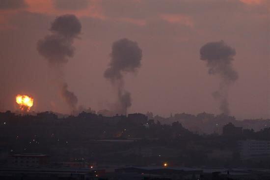 Por tercera noche consecutiva bombardearon territorio palestino, según l...