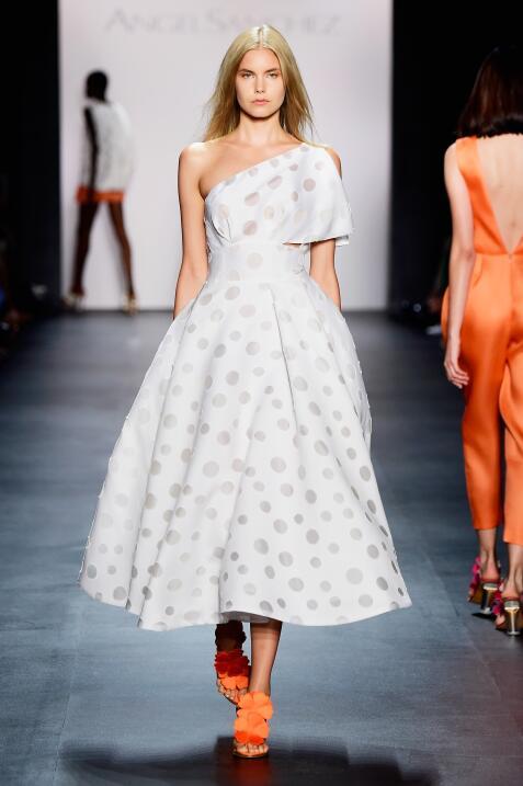 El diseñador venezolano presenta su nueva colección en la New York Fashi...