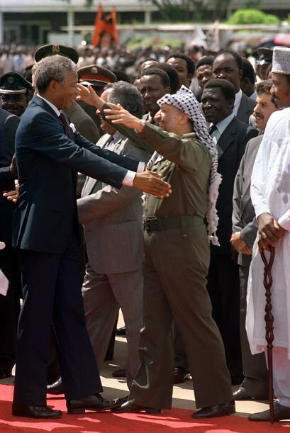 En esta foto, Nelson saluda calurosamente al líder de la Organiza...