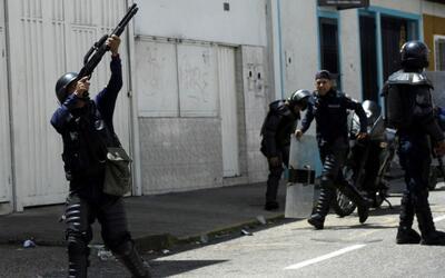 Al menos un muerto y más de 100 heridos dejan protestas contra el...