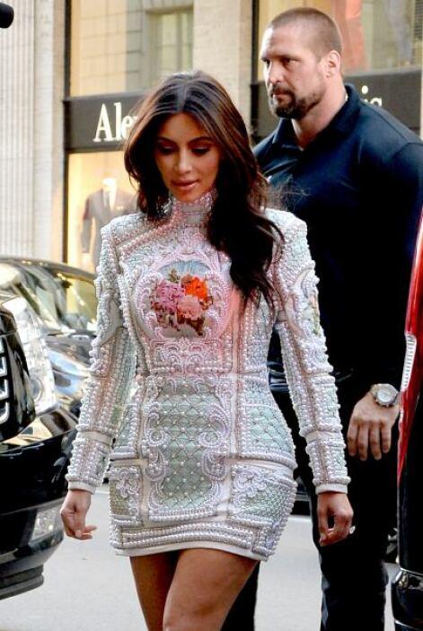 """¿Será que la Kardashian quería ponerse en """"ambiente"""" de la monarquía fra..."""