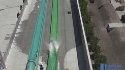 Un niño sale despedido de un tobogán en la inauguración de un parque acu...