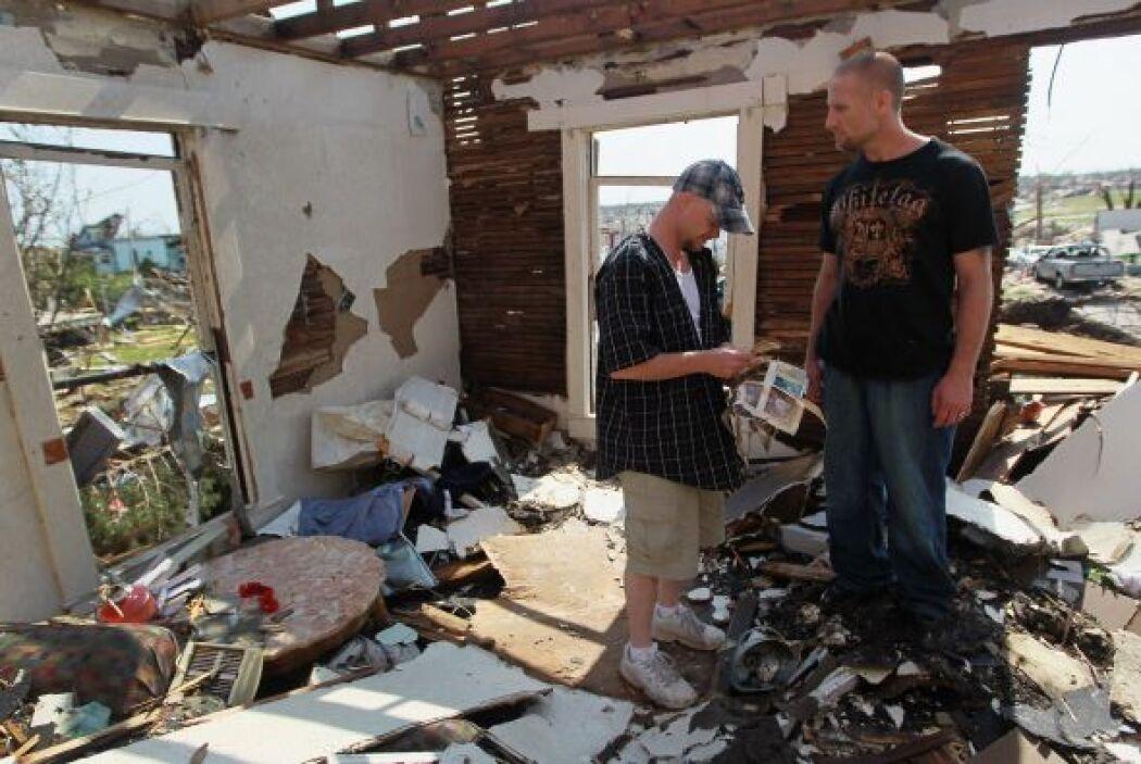 Muchos de los habitantes continuaban buscando entre los escombros. La vi...