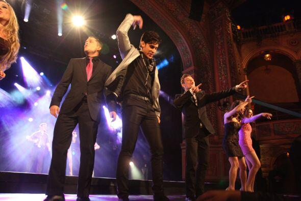 Alex junto a sus compañeros bailaron el coro de la canción...