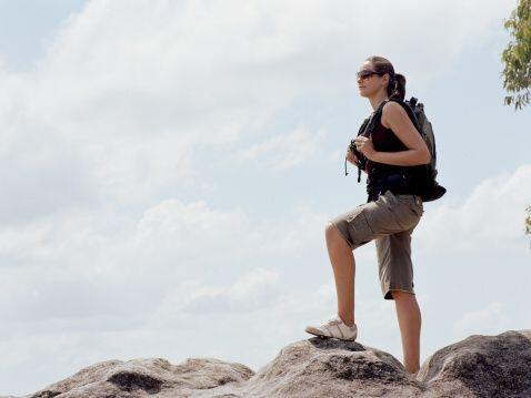 Practicar el senderismo es una gran manera de perder peso, ya que requie...