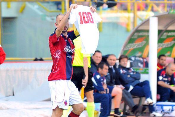 El atacante Marco Di Vaio abrió el marcador y lo festejó con una playera...