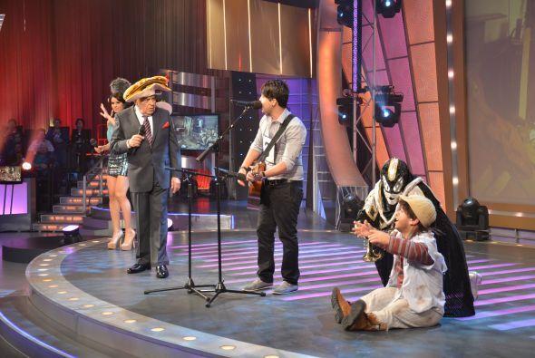 ¡Don Francisco con sus sombreros ya estaba listo para presentar al talen...