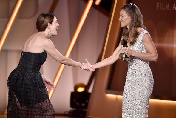 Hilary Swank fue la encargada de premiar a Gillian Flynn como 'Mejor Gui...