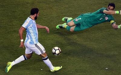 Higuaín se comió un gol solo ante Claudio Bravo